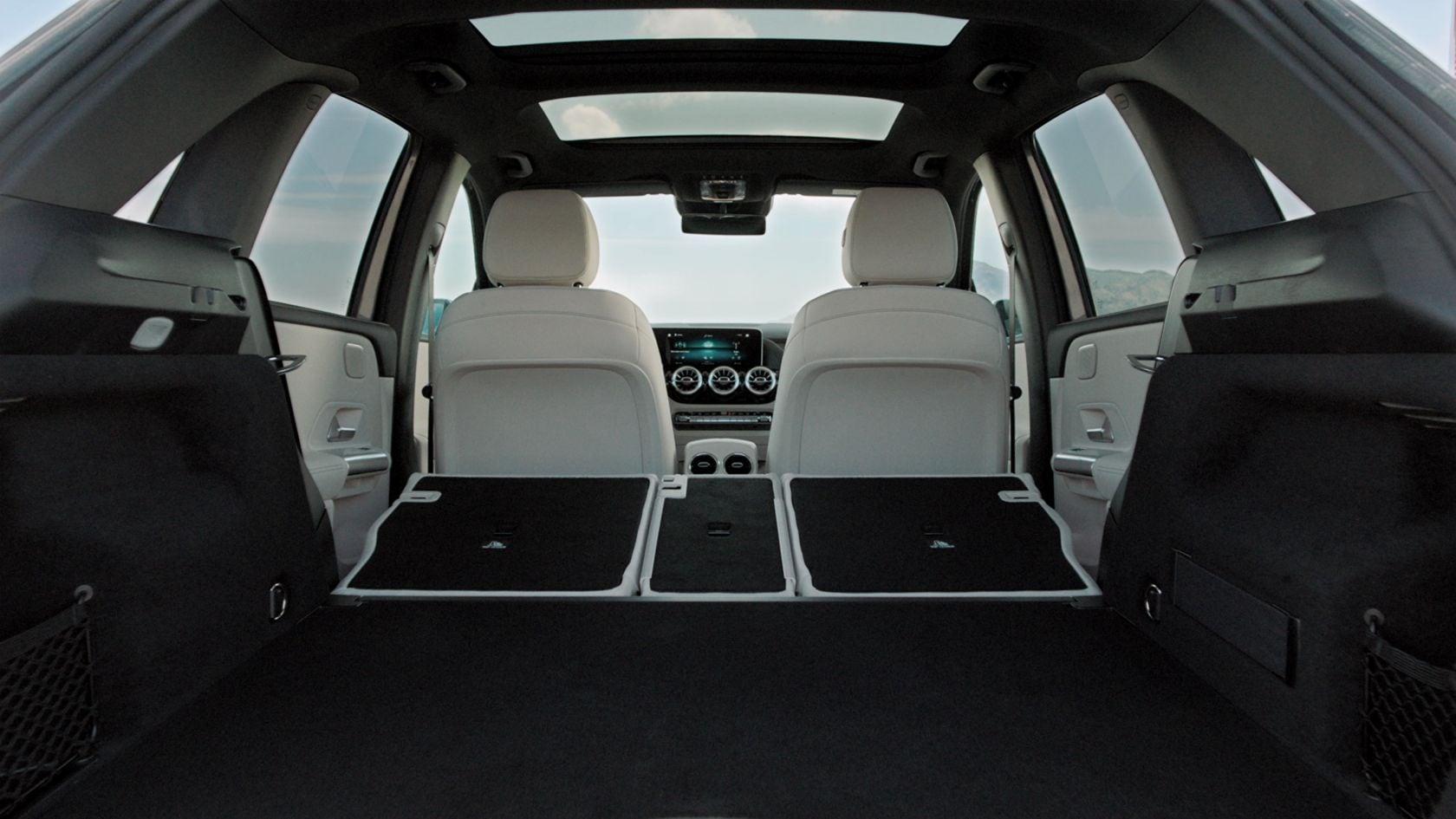 Na obrázku jsou sklopená zadní sedadla modelu Mercedes-Benz Třídy B.